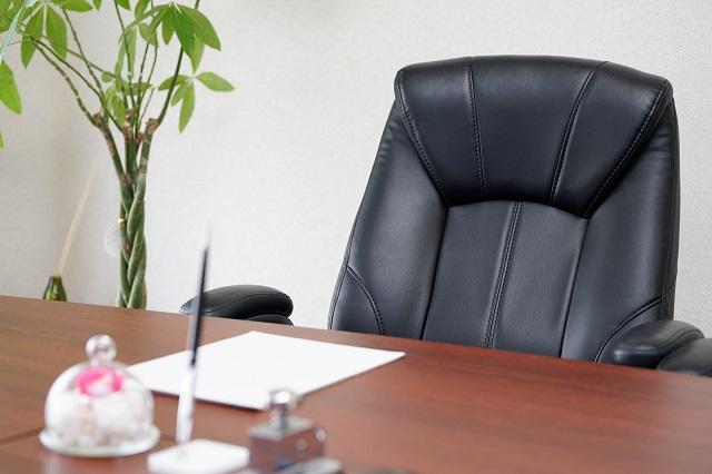 机と椅子と観葉植物